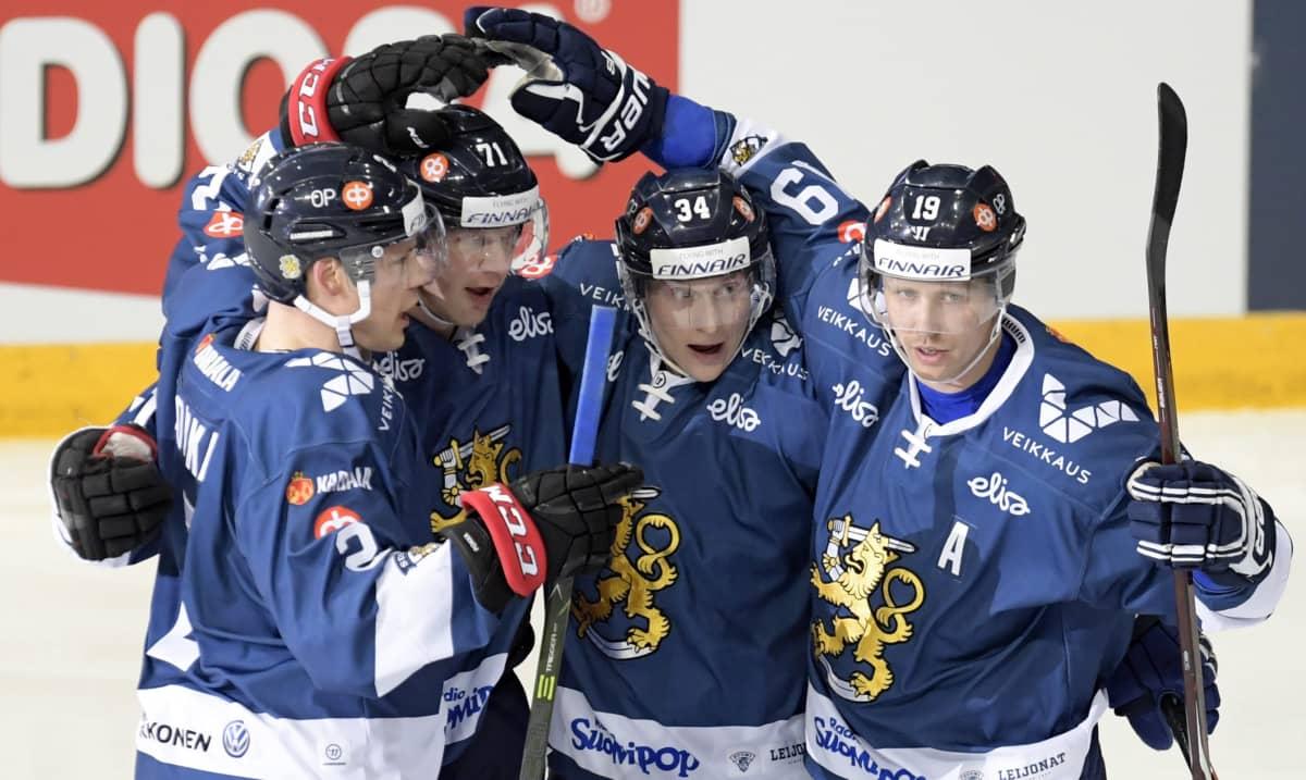 Ville Pokka (vas.), Juuso Puustinen, Olli Palola ja Veli-Matti Savinainen juhlivat Suomen maalia.