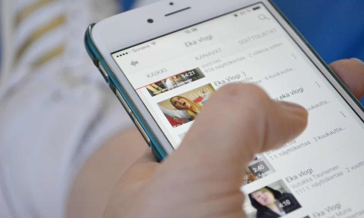 Videoblogeja listassa kännykän näytöllä.