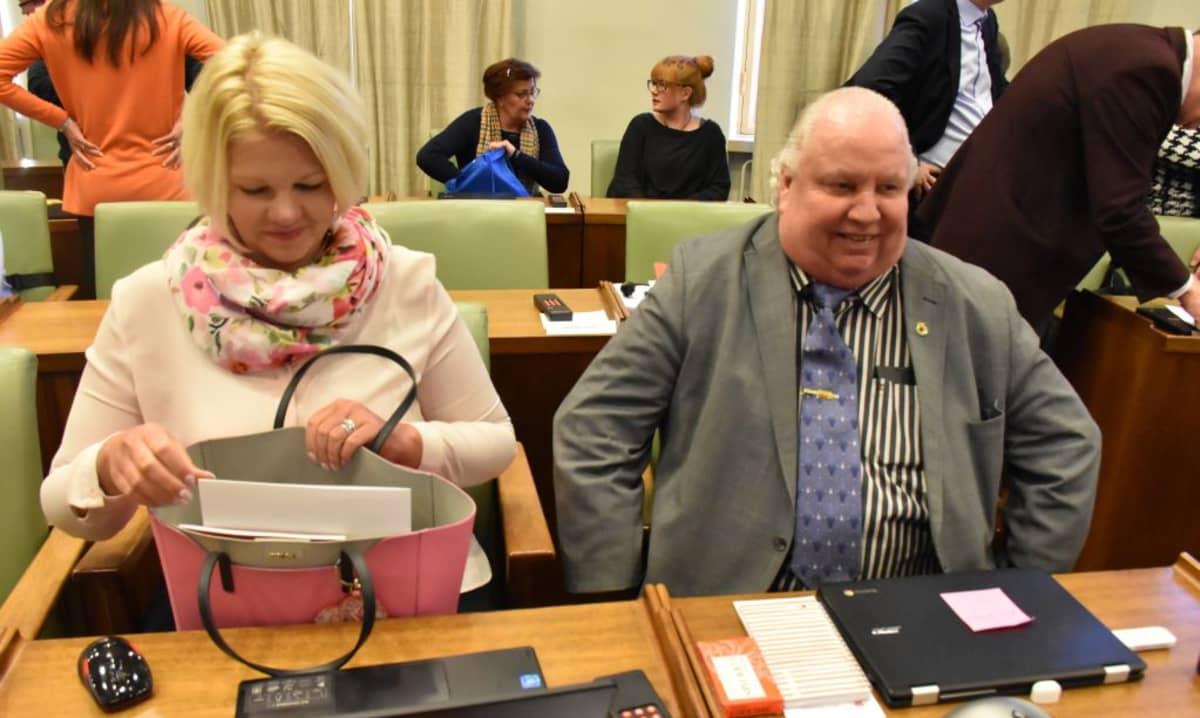 Porin kaupunginhallituksen puheenjohtaja Diana Bergroth-Lampinen (sd.) ja kaupuginvaltuutettu Esa J. Wahlman (sd.) Porin valtuustossa 26.2.2018.