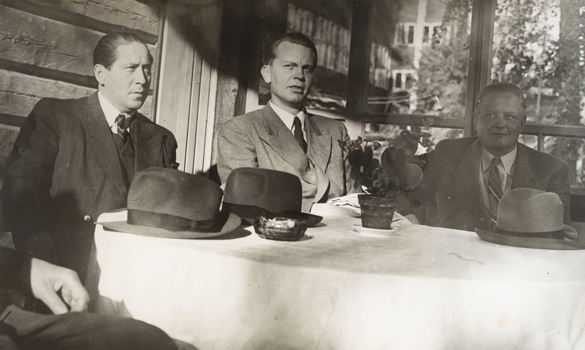 Rafael Paasio, ministeri Unto Varjonen ja järjestösihteeri Puskala.