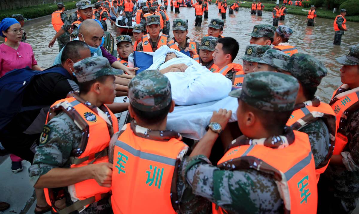 Potilaita evakuioidaan sairaalasta tulvien alta Henanissa, Kiinassa.
