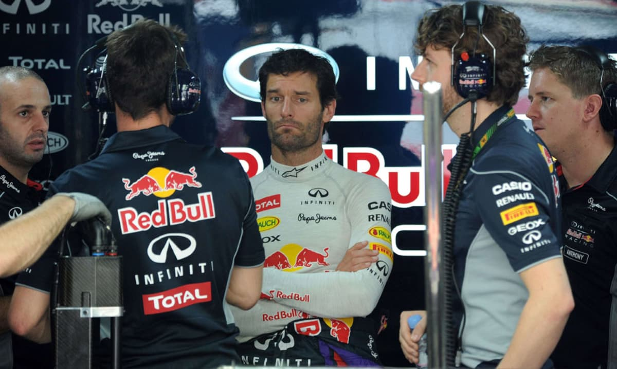 Red Bullin Mark Webber insinöörien ympäröimänä.