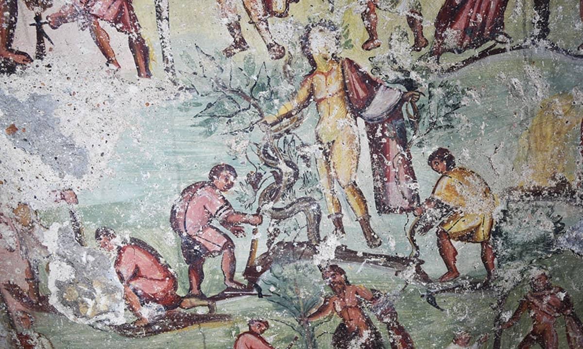 Keskellä iso jumalhahmo, jonka molemmissa käsissä on irti kiskottu puu. Ympärillä ihmisiä raivaustöissä.