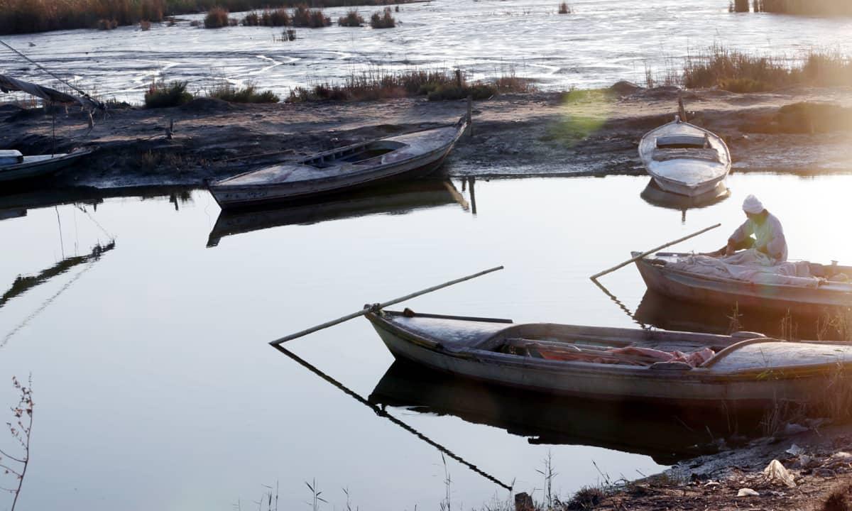 Egyptiläinen kalastaja korjaa kalastusverkkojaan Niilin suistoalueella.