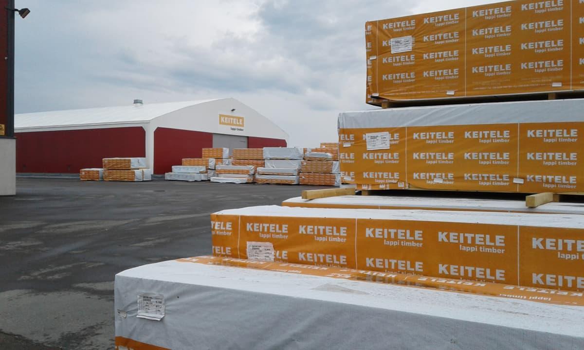 Pakattua sahatavaraa Keitele Groupin Lappi Timberin tehtaalla Kemijärvellä 17.6.2016.
