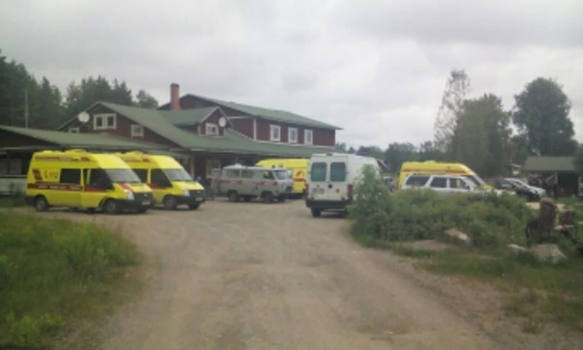 Ambulansseja Säämäjärvellä.