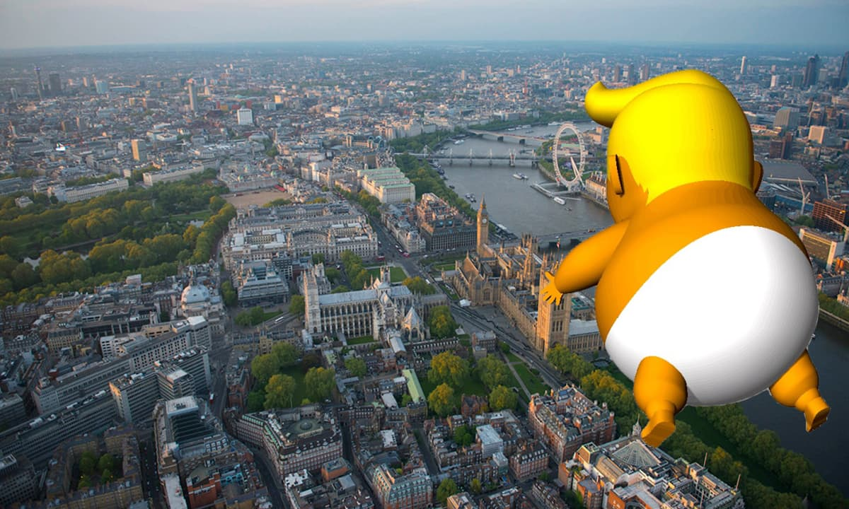 Trump baby -ilmapallo taivaalla joukkorahoituskampanjan tekemässä havainnekuvassa.