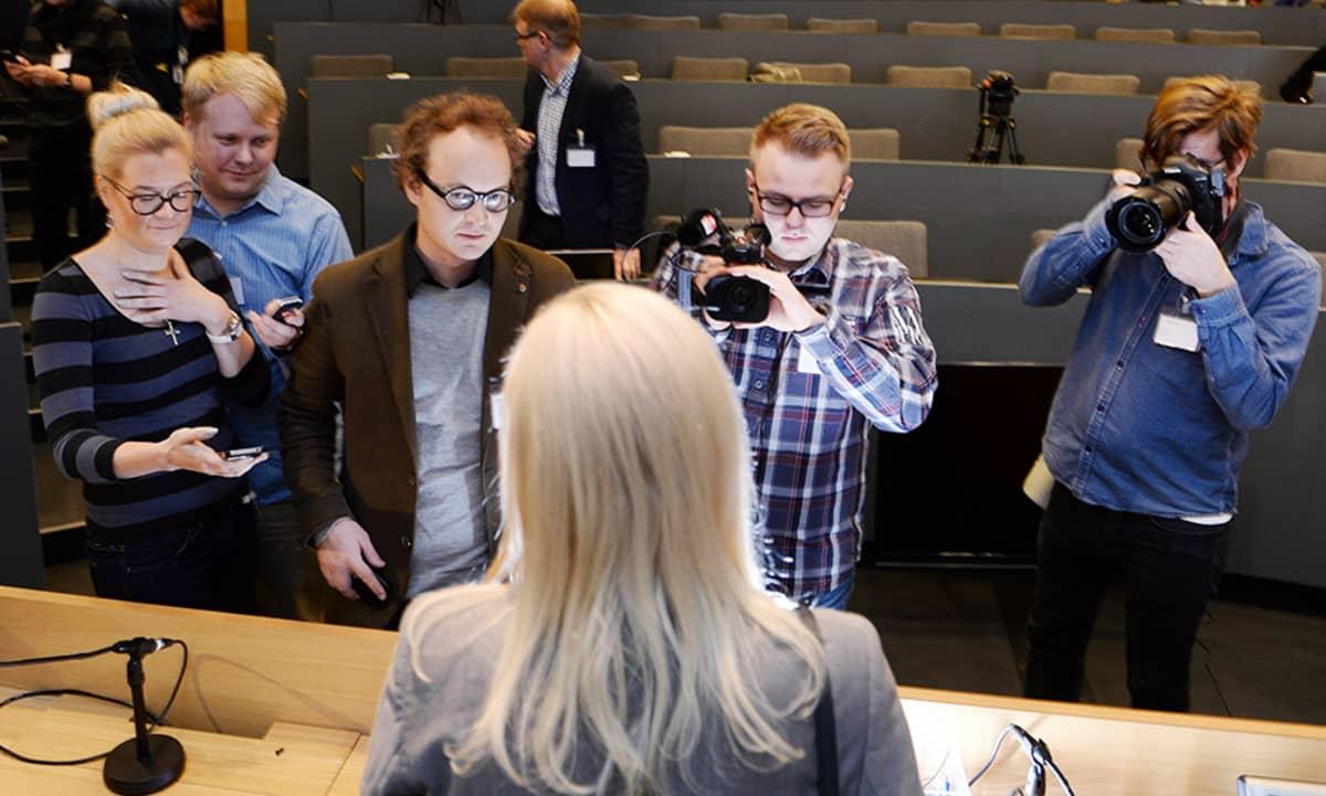 Merja Ailus tiedotustilaisuudessa liittyen Kevan työsuhdeauto- ja työsuhdeasuntoasioihin Helsingissä perjantaina 15. marraskuuta.