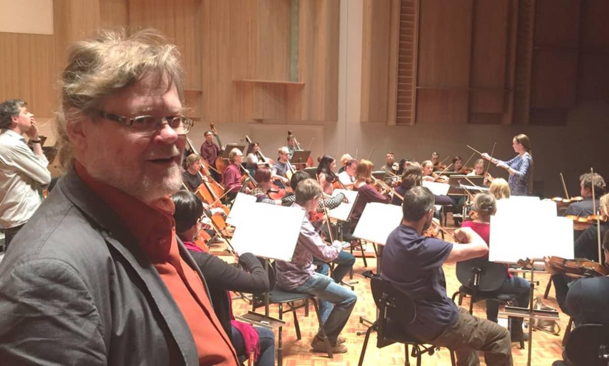 Professori Atso Almila kuuntelee kapellimestarioppilas Kara Koskisen harjoitusta Oulu Sinfonian kanssa.