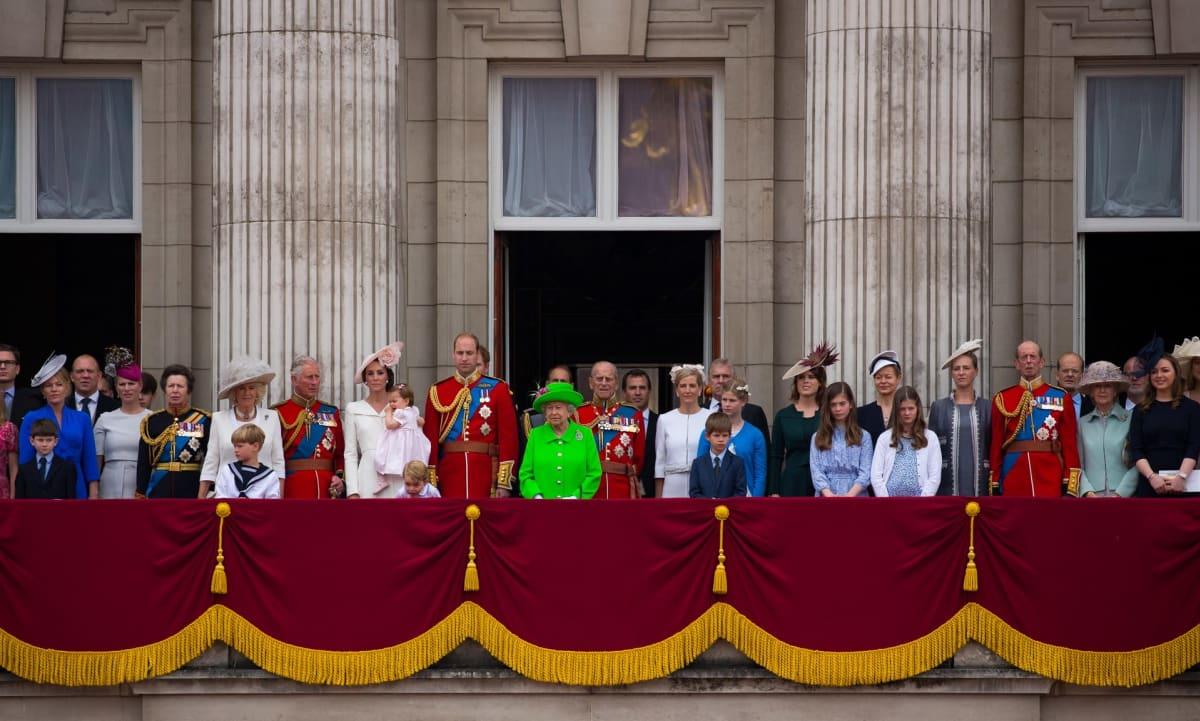 kuninkaallinen perhe parvekkeella