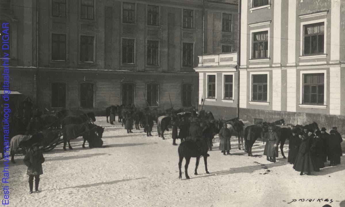 Mustavalkoinen kuva jalka- ja ratsuväen sotilaista.