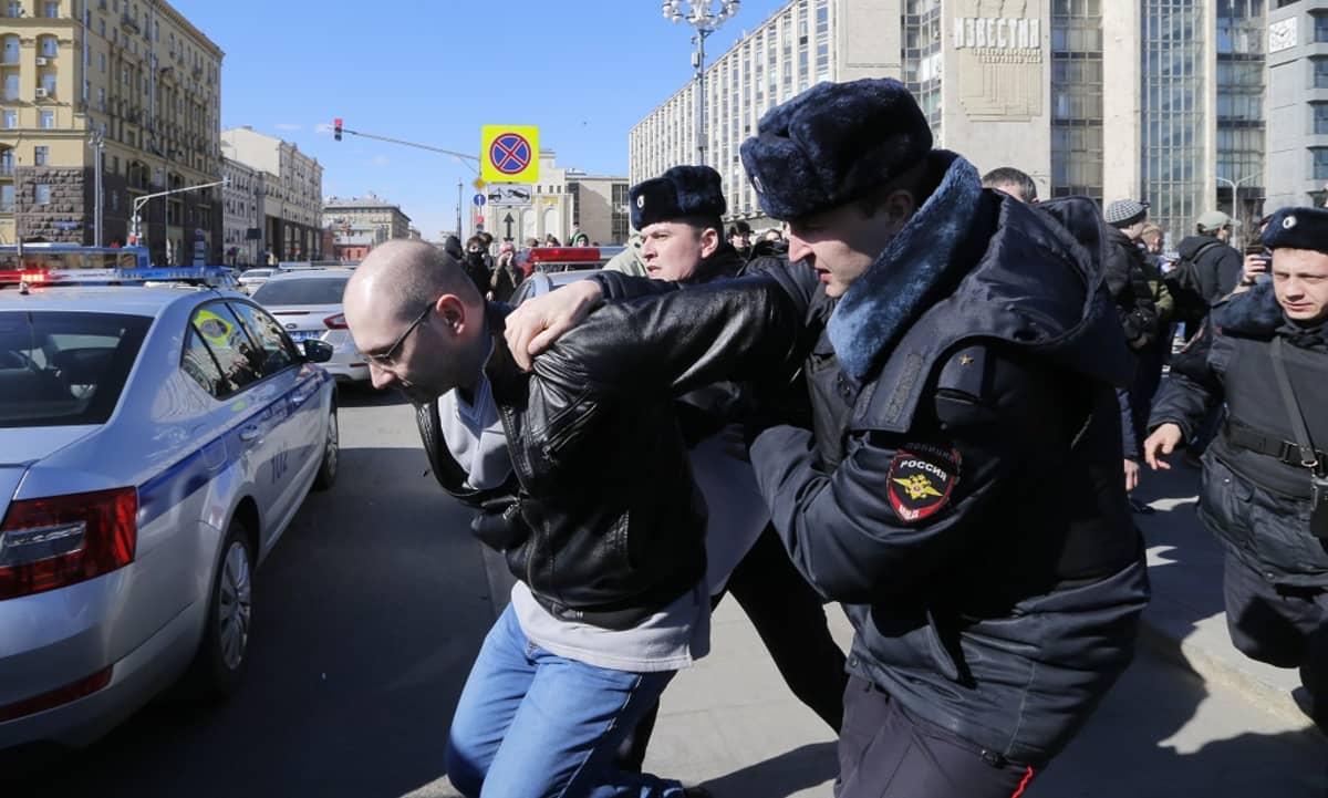 Poliisi pidätti useita korruptiota vastustaneita mielenosoittajia Moskovassa