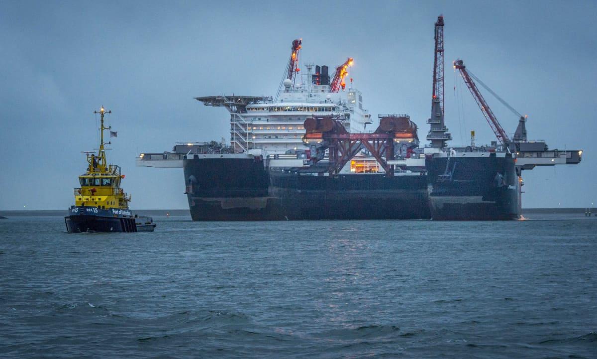 Sveitsiläisen Allseas-yhtiön laiva, Pioneering Spirit on ollut laskemassa kaasuputkea Itämerellä.