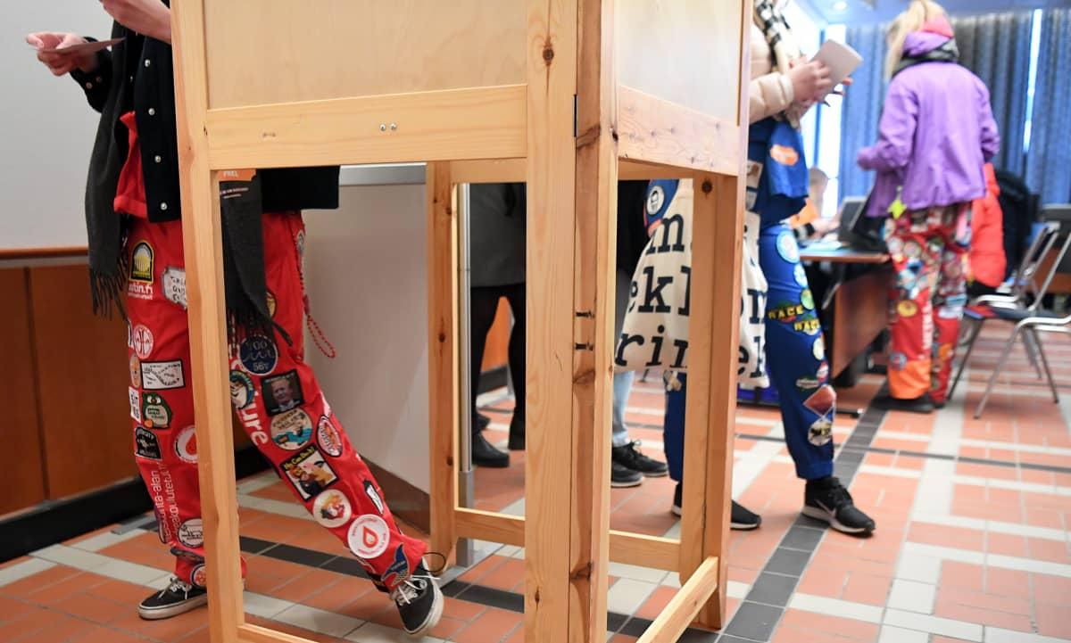 Opiskelijat jonottavat äänestämään Postitalolla Helsingissä 3. huhtikuuta