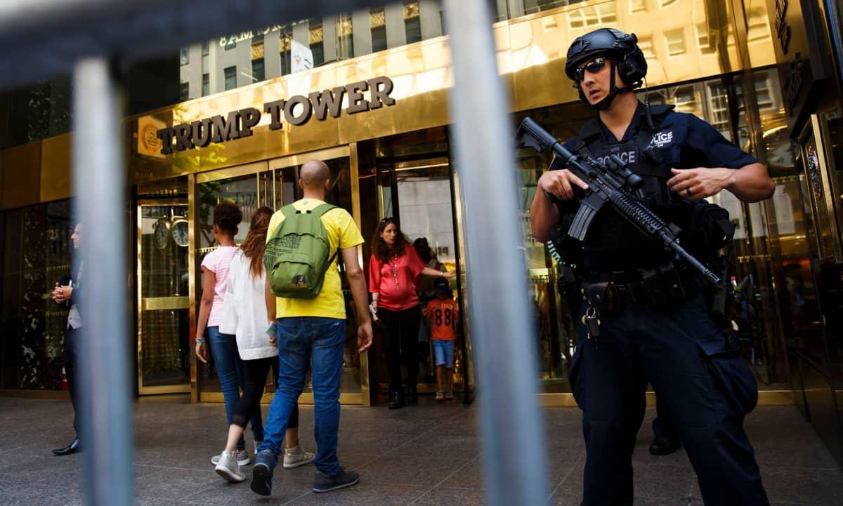 Aseistettu poliisi vartioi Trump Tower -rakennuksen edessä.
