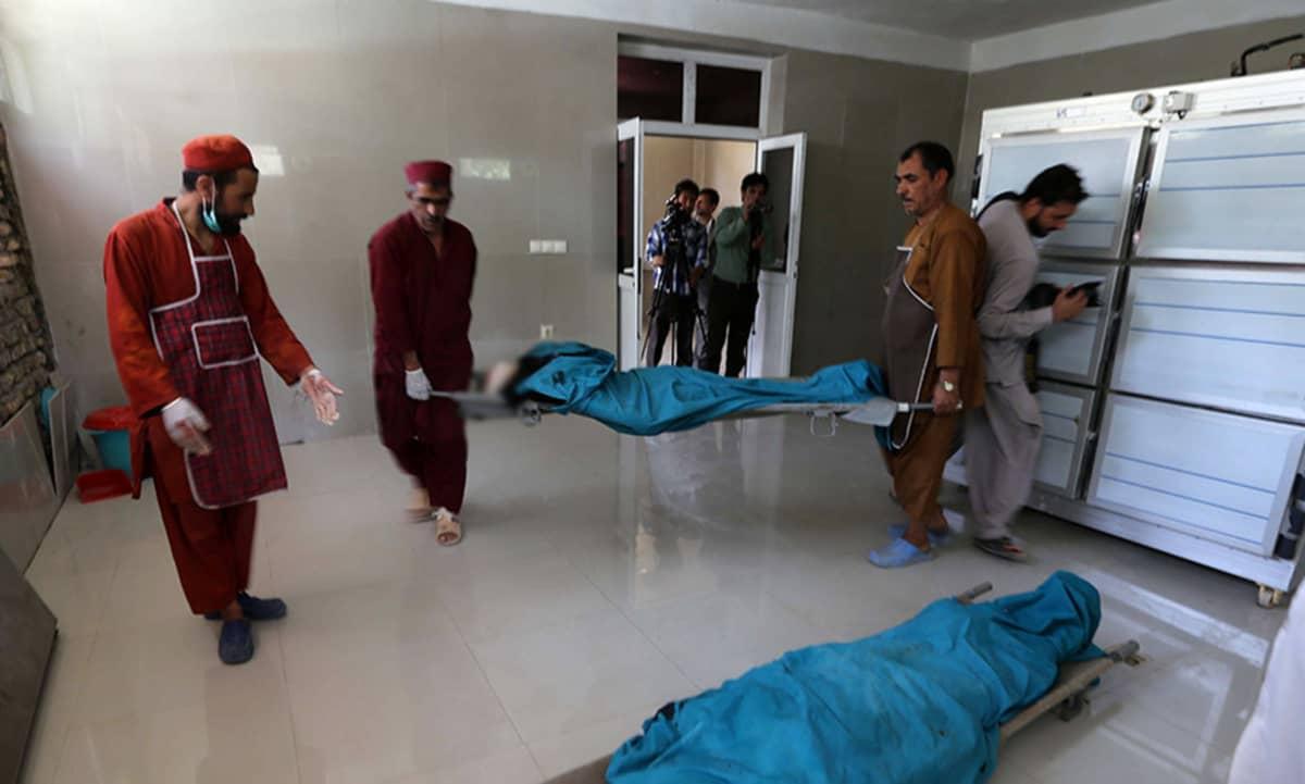 Lääkintähenkilökunta kuljetti suomalaiset surmatut avustustyöntekijät sairaalan ruumishuoneelle Heratissa 24. heinäkuuta 2014.