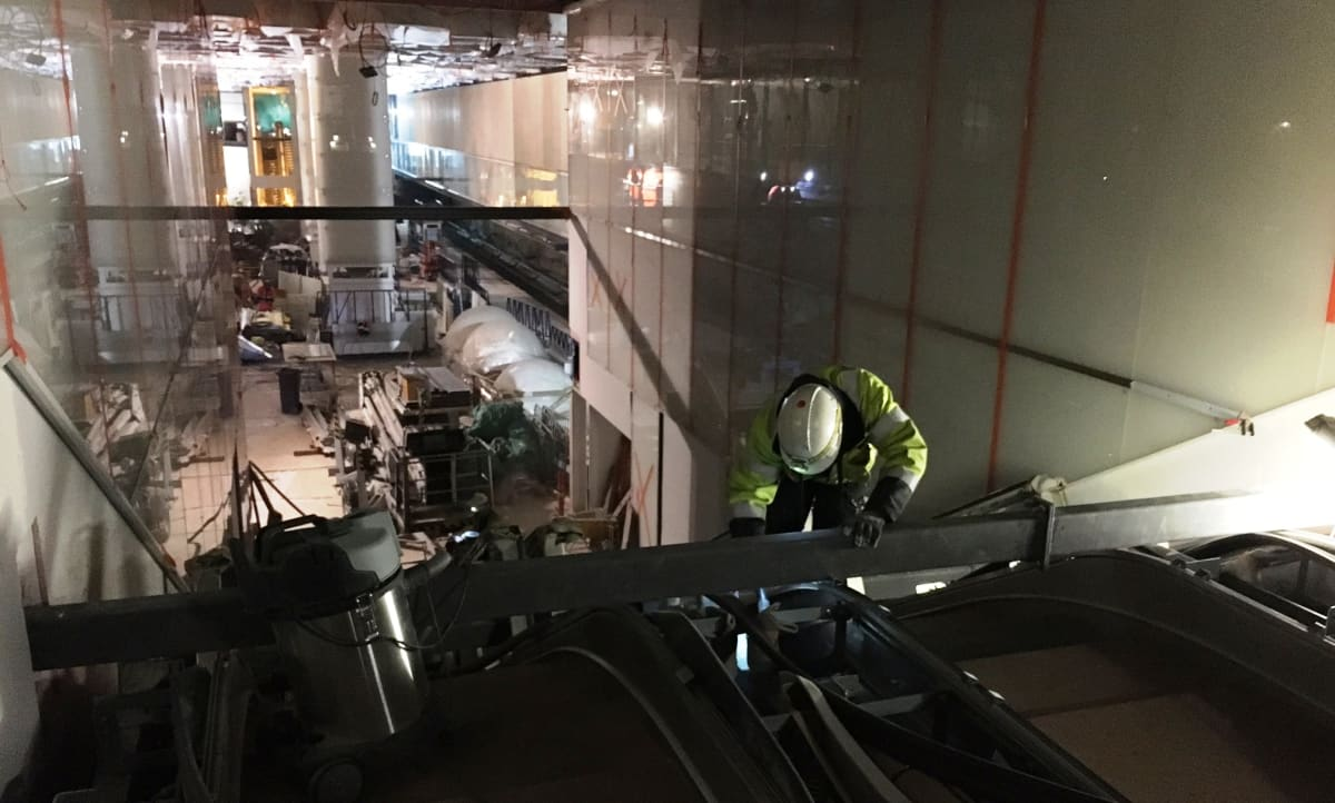 Liukuportaiden asennusta Tapiolan metroasemalla.