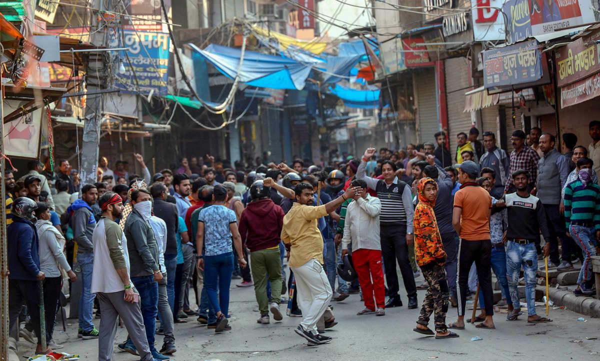 Väkijoukkoa Delhissä.