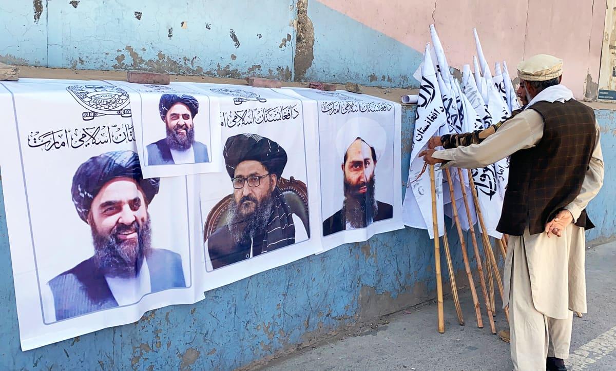 Katukauppias myy Kabulissa Talibanin lippuja ja julisteita, joissa esiintyy komentaja Mullah Haibatullah Akhundzada.