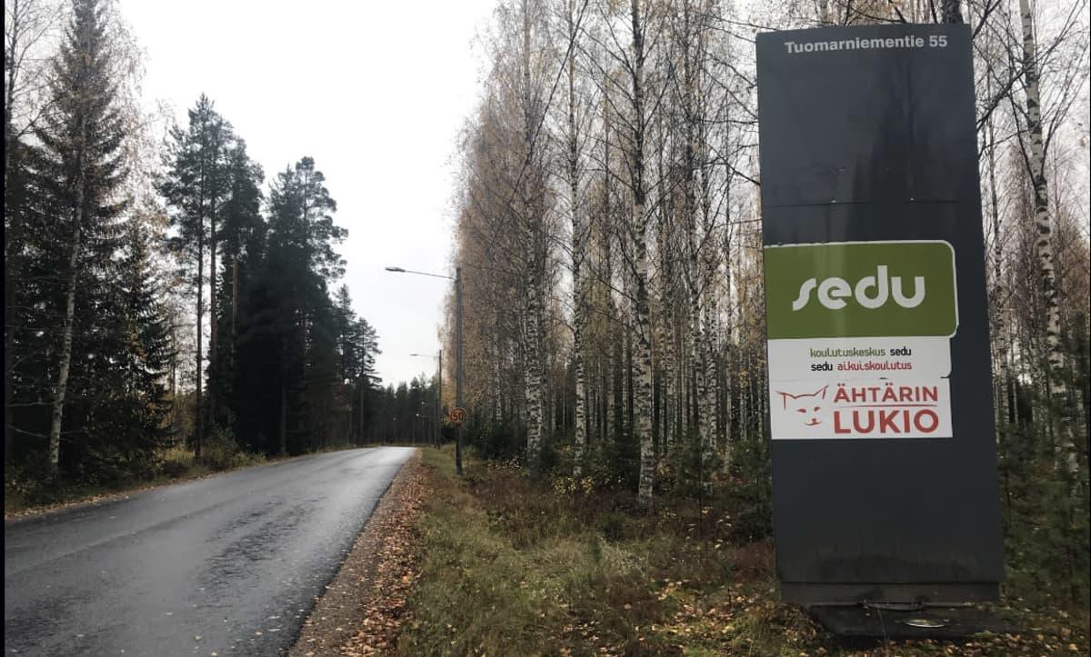 Tuomarniemen ja Ähtärin lukion kyltti