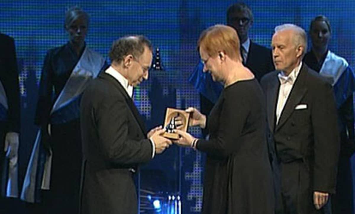 Presidentti Halonen ojentaa palkinnon Robert Langerille
