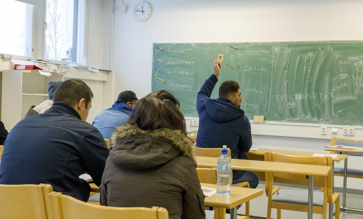 Suomenkielen oppitunti menossa Hennalan vastaanottokeskuksessa.