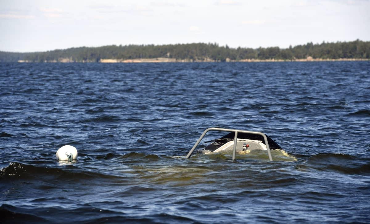 Nosen på patrullbåten som sjönk sticker upp ovanför vattenytan tillsammans med en fendert från båten.