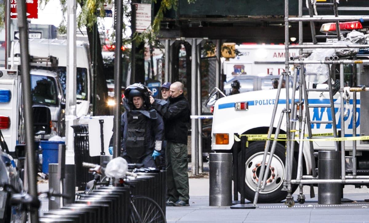 Poliiseja tutkimassa CNN:n toimistoa.