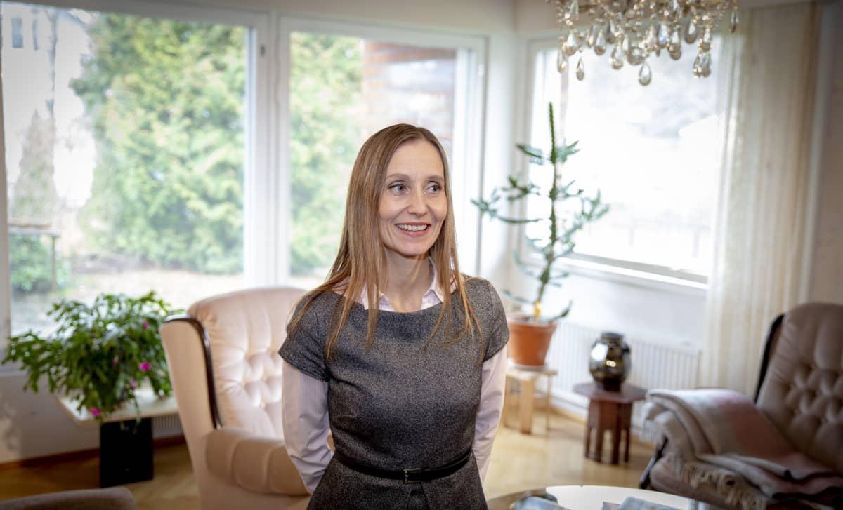Huoneistokeskuksen ja SKV.n liiketoiminnanjohtaja Anu-Elina Hintsa espoolaisessa omakotialossa, joka on/oli myytävänä maaliskuussa 2020.