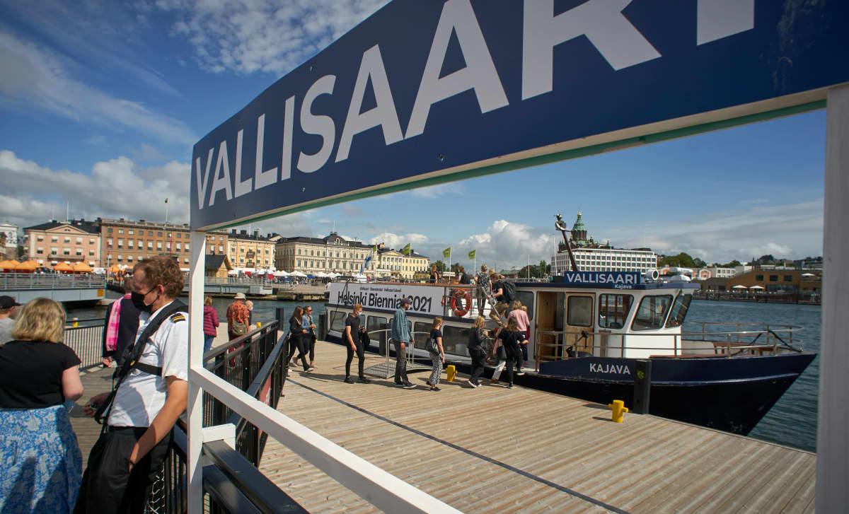 Helsinki Biennaaliin pyrkivien jono satamassa.