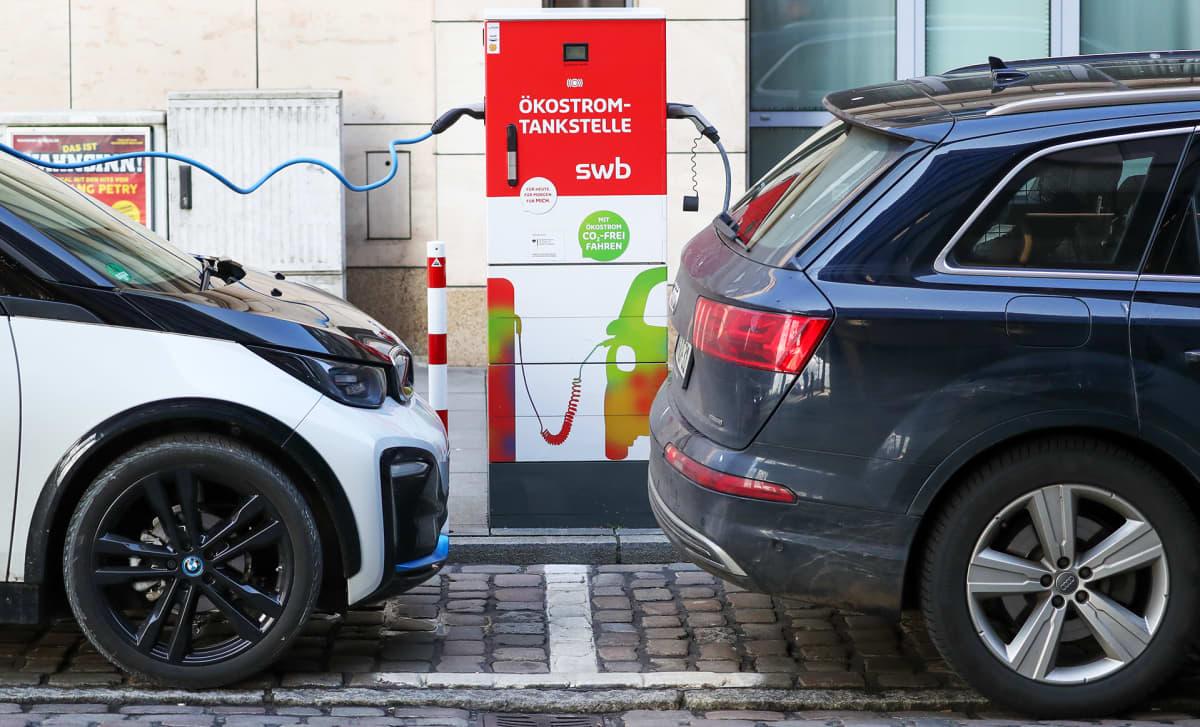 Sähköautoja latauksessa kadun varressa Bremenissä.