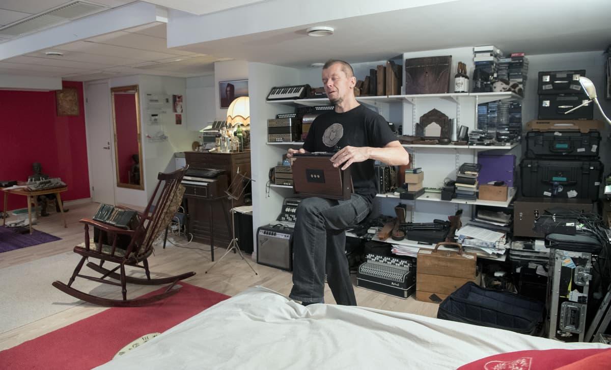 Kimmo pohjonen soitta eräänlaista harmonikkaa työhuoneellaan.