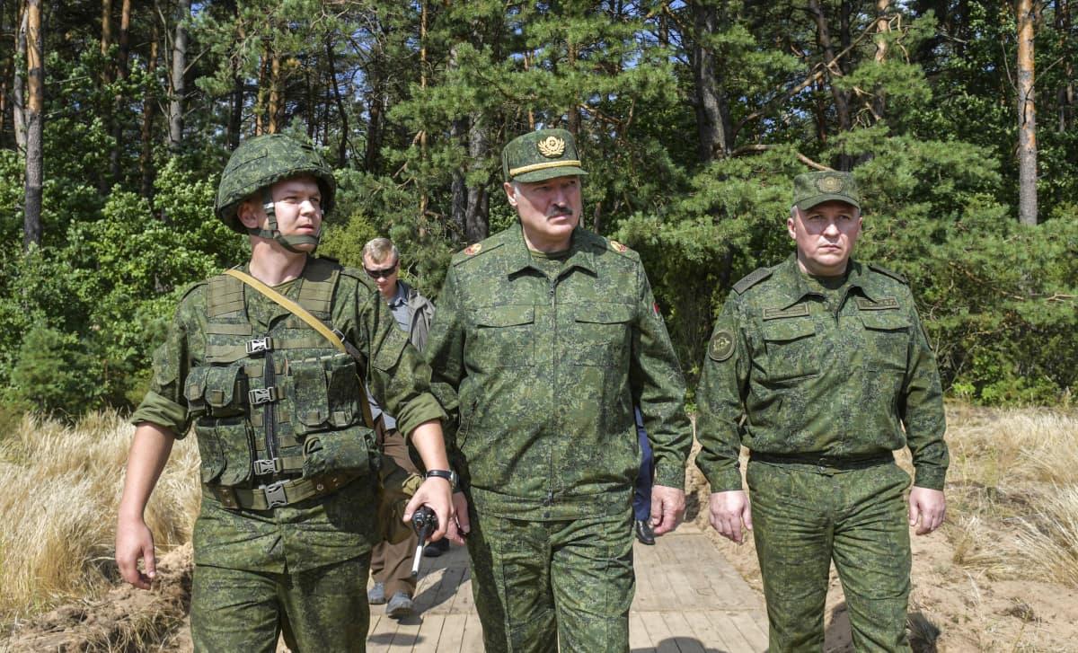 Valko-Venäjän presidentti Aljaksandr Lukašenka vieraili maan puolustusministerin Viktor Khreninin (kuvassa oikealla) kanssa Grodossa 22. elokuuta 2020.