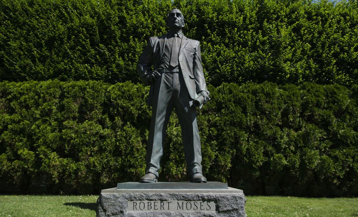 Robert Mosesia esittävä seisova patsas.