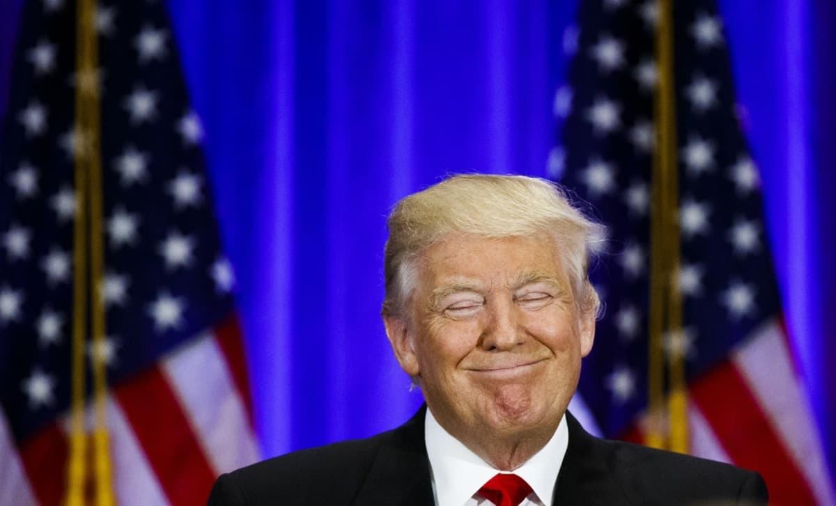 Trump hymyilee silmät kiinni.