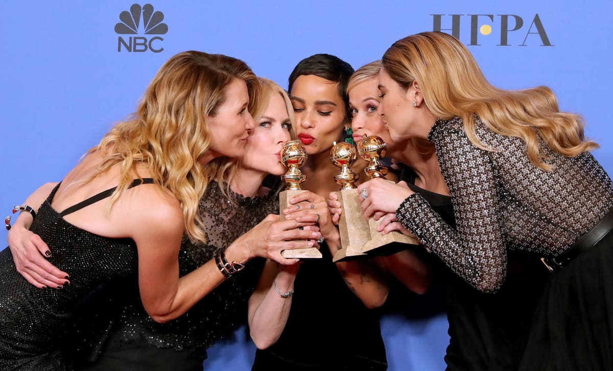 Big Little Lies -sarjan näyttelijät Laura Dern, Nicole Kidman, Zoe Kravitz, Reese Witherspoon and Shailene Woodley pussasivat palkintojaan Golden Globe -juhlassa sunnuntaina. Nicole Kidman toimi myös sarjan tuottajana.