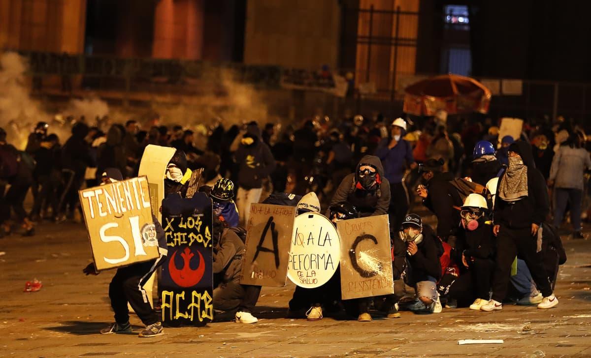 Mielenosoittajat ottavat yhteen mellakkapoliisien kanssa Bogotássa.