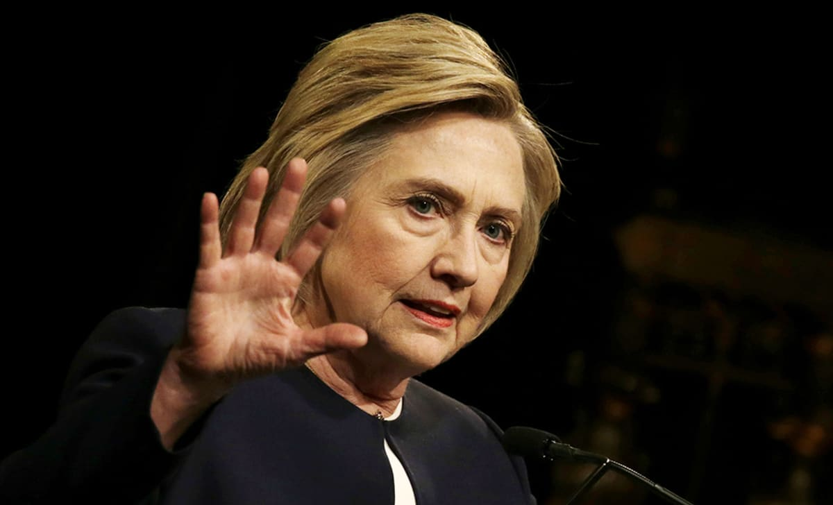 Hillary Clinton puhuu.