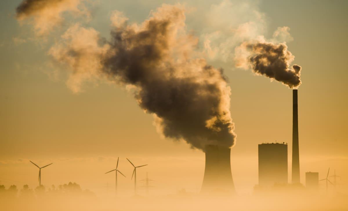 Hiilivoimala ja tuulivoimaloita rinnakkain Saksassa.