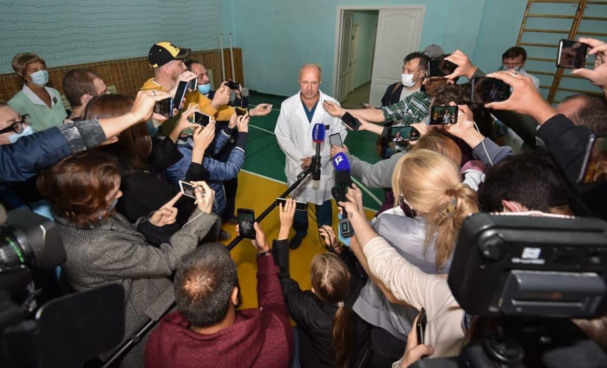 Omskin sairaalan apulaisjohtaja Anatoli Kalinitšenko kertoi toimittajille Navalnyin tilasta.