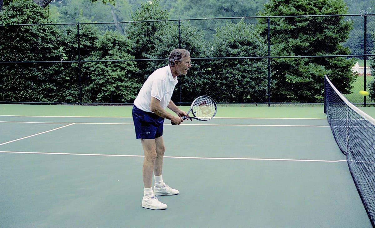 George H.W. Bush pelasi tennistä Valkoisen talon kentällä Etelä-Korean presidenttiä Roh Tae Woota vastaan osana tämän valtiovierailua heinäkuussa 1991.
