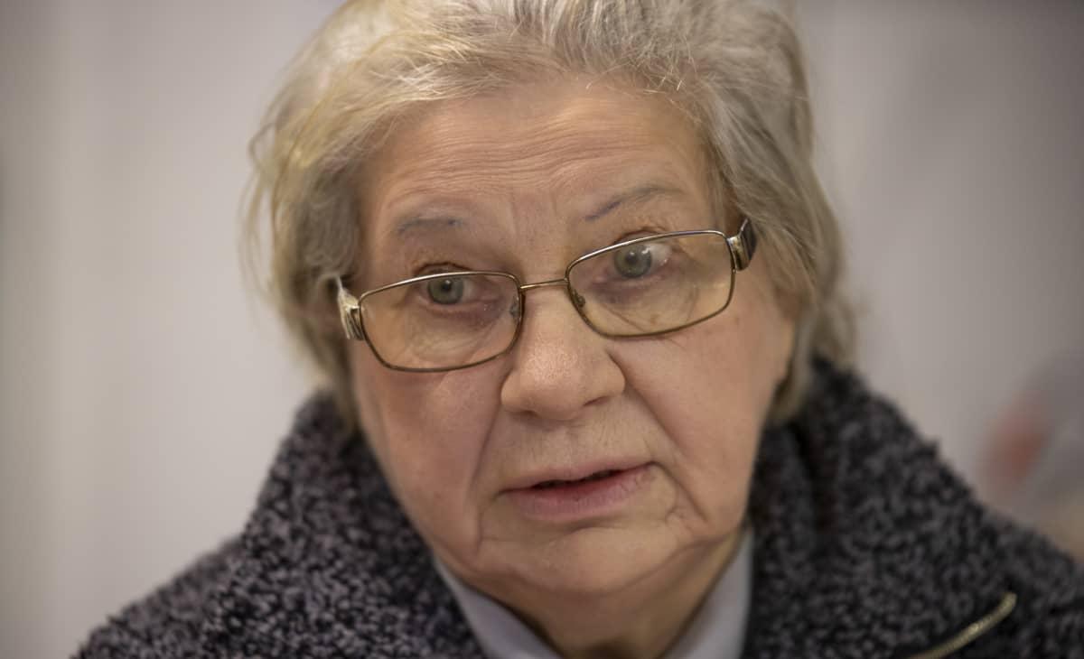 Lasitaiteilija ja taidemaalari Maire Pyykkö.