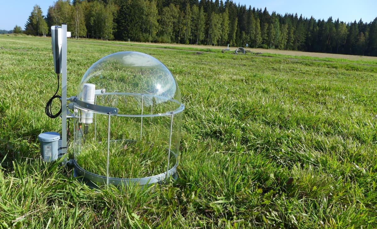Datasensen analysaattori pellolla, mittaa nurmen hiilensidontaa