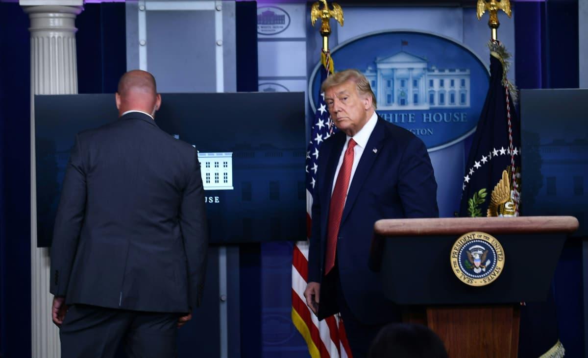 Yhdysvaltain presidenttiä Donald Trumpia saatetaan lehdistötilaisuudesta.