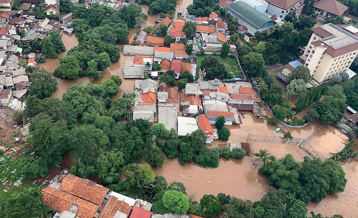 Vetta tulvi asuinalueelle Jakartassa 1. tammikuuta.