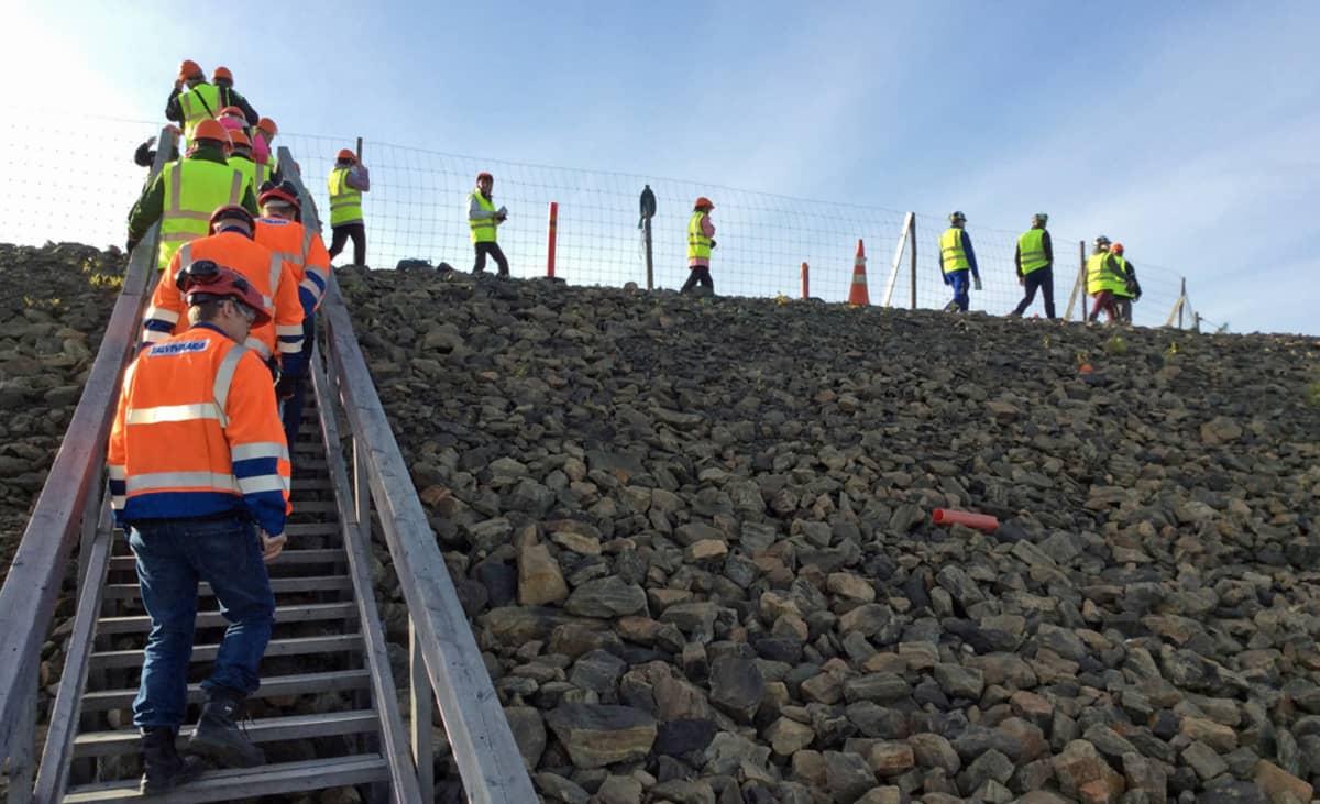 Ihmiset nousivat portaita Talvivaaran kaivosalueen Kotkanpesän näköalatasanteella.