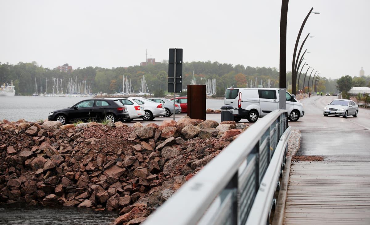 Myrskybongarit seuraavat myrskyn nousua autoistaan aallonmurtajalla Kotkassa.