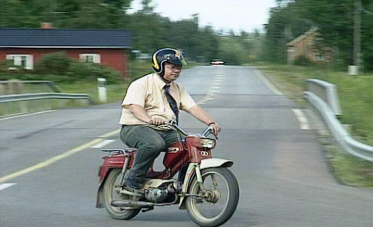 Soini mopon selässä vuonna 1997.