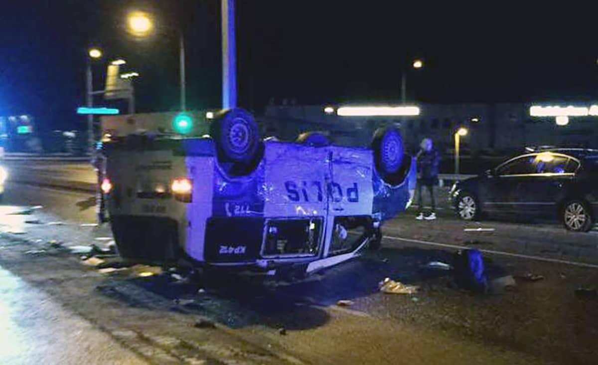 kolaroinut poliisauto katollaan.