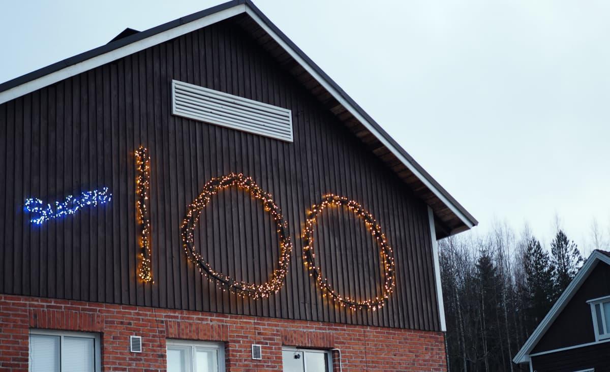 Suomi 100 -valaistu navettarakennus